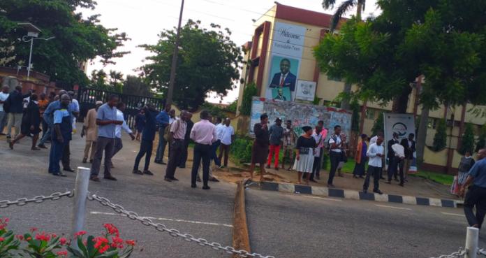 Workers Return Home As #EndSARS Protesters Block Major Roads